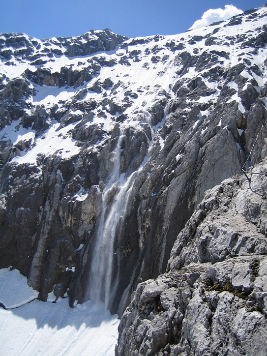 Zugspitze via Höllental: small avalanches triggered by climbers passing above