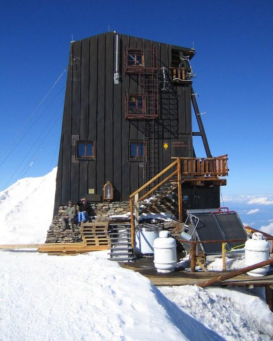 Zumsteinspitze and Signalkuppe: Rifugio Regina Margherita on top of the Signalkuppe