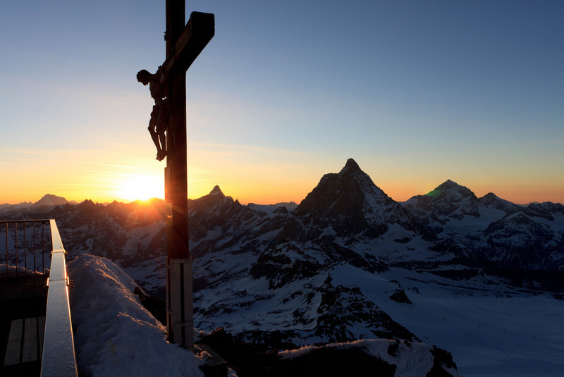 On the summit of Klein Matterhorn during sunset. (keywords: alpen, alps, berg, berge, dent d'hérens, grand combin, matterhorn, schweiz, sonnenuntergang, switzerland, valais, wallis, cross, mountain, mountains, sunset, swiss, dent d'hrens)