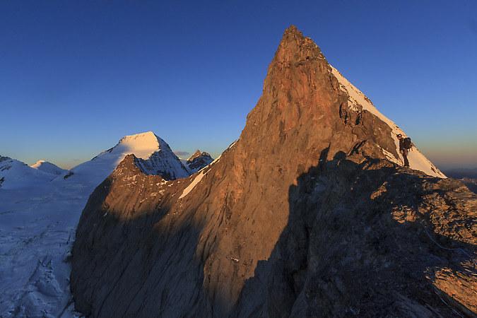 Sunrise on the Mittellegi ridge on the Eiger with the Mönch in the background (keywords: Dan, Eiger, Mittellegigrat, Mönch, Moench, climber, alpinist, climber, mountaineer, climber, Kletterer, climber, Bergsteiger, sunrise, Sonnenaufgang)